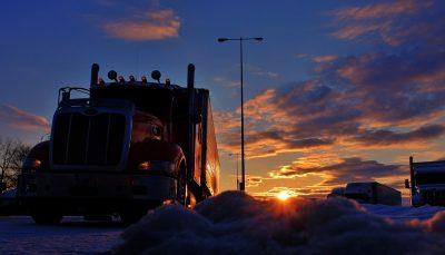 Camionero descubre a una familia escondida en su carga