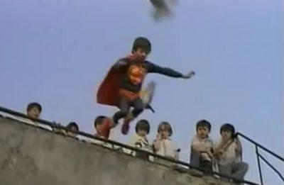 Niño se cree Superman y salta al vacío