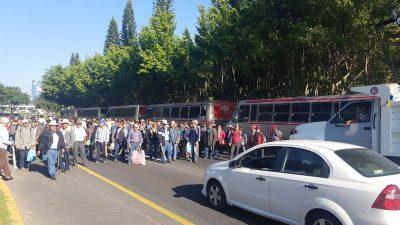 Agrupación RACIMOS bloquea acceso y salida de la Xalapa (FOTOS)