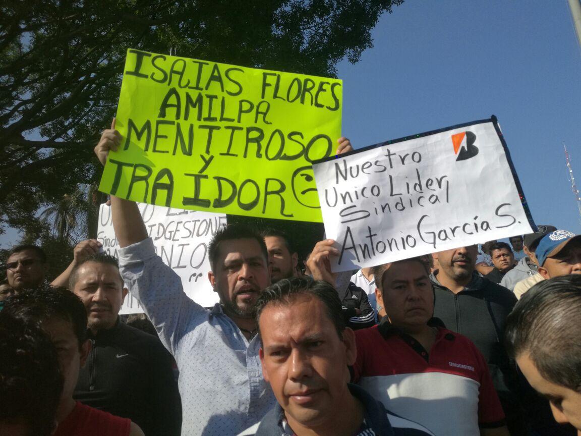 Se manifiestan 500 obreros de llantera FIRESTON en Morelos