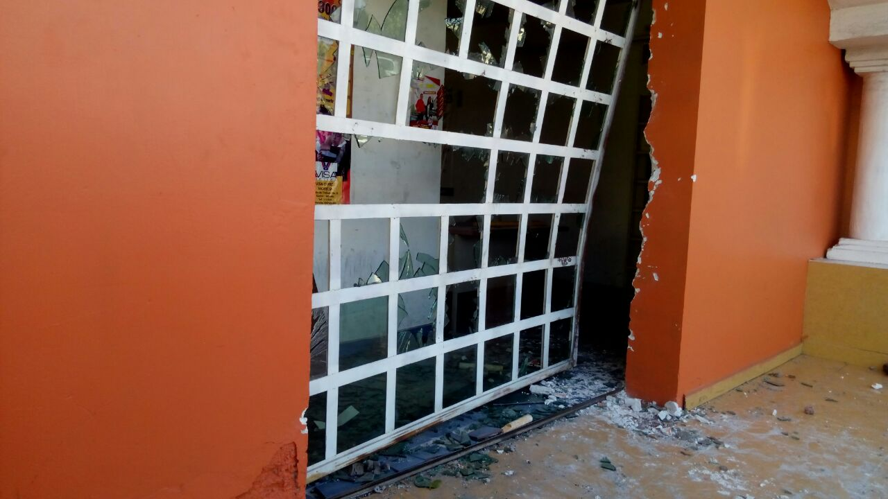 Profesores de la CNTE  dañan edificio del SNTE en Michoacán (FOTOS)