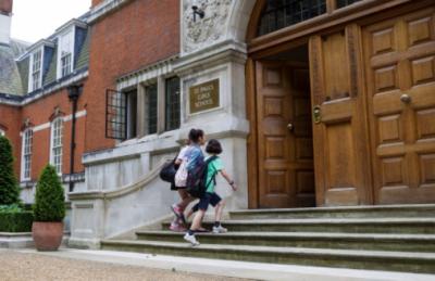 Denuncian a prestigioso colegio de Londres por abuso sexual de alumnas