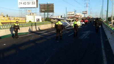 Avioneta aterriza de emergencia en concurrida vialidad de Toluca