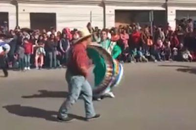 Joven con síndrome de Down baila en desfile y conquista a usuarios (VIDEO)