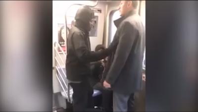 Hombre golpea a una mujer por pedirle que cierre las piernas (VIDEO)