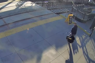 Joven salva a ciego de ser arrollado por un tren (VIDEO)