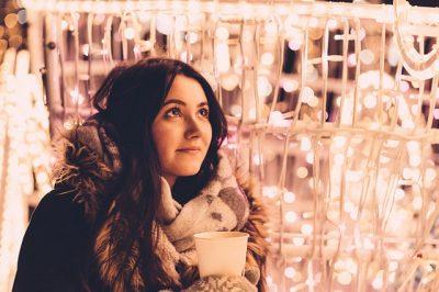 Personas que ponen adornos navideños antes de tiempo son más felices