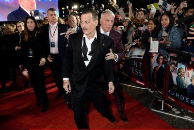 Johnny Depp apareció 'borracho' al estreno en Londres de su nueva película (VÍDEO)