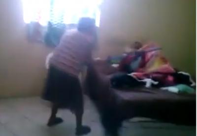 ¡A palazos! Abuelita educa a su hijito de 40 años (VIDEO)