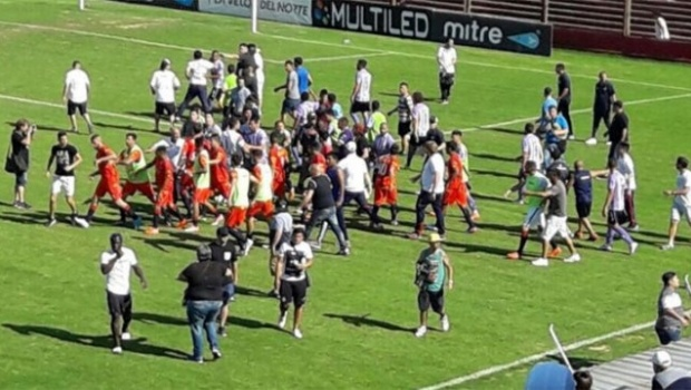 Partido de fútbol es suspendido por batalla campal en la tribuna (VÍDEO)