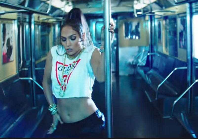 Jennifer Lopez hace un sexy pole dance en el metro (VIDEO)