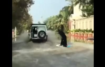 Temeraria mujer burka surfea en calle inundada de Arabia Saudita (VIDEO)
