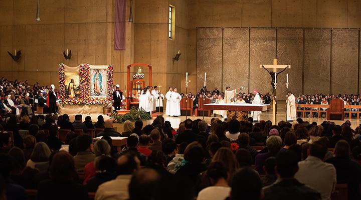 Cantan 'las mañanitas' a la Virgen de Guadalupe en la catedral de Los Ángeles