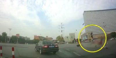 Motociclista evade semáforo en rojo y sufre accidente