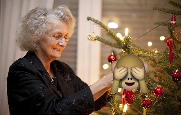 Abuelita pone tangas en árbol de navidad porque pensó que eran un adorno (FOTOS)