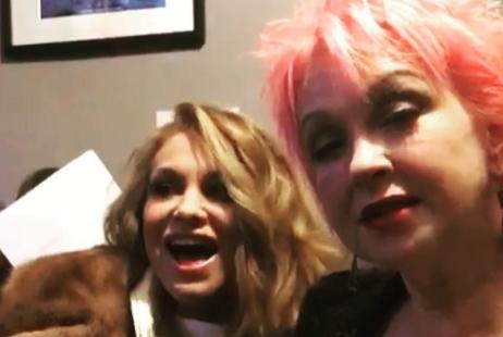 Paulina Rubio y Cyndi Lauper hacen alocado show (VIDEO)