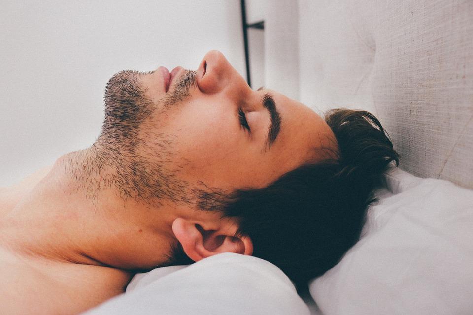 Beneficios de dormir completamente desnudo