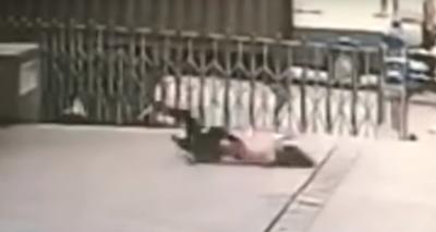 Guardia muere aplastado por intentar salvar a mujer suicida (VIDEO)