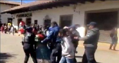Policías detienen a mujer indígena que vendía fruta (VIDEO)