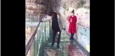 ¡De infarto! Puente de cristal 'se rompe' justo debajo de los pies de un turista (VIDEO)