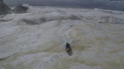 Drone graba rescate de surfistas atrapados en gigantescas olas