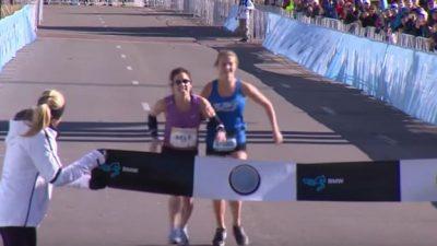 Corredora casi pierde el maratón y en el camino encontró a su heroína (VÍDEO)