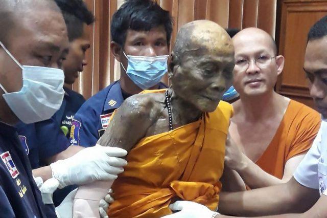 Cadáver de monje sorprende al sonreír mientras lo exhuman (Foto)