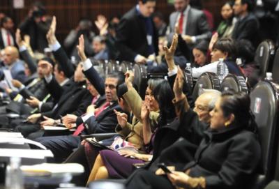 Piden reducir el número de diputados y senadores en México