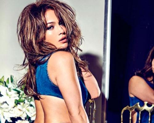 Jennifer Lopez sorprende con escote de infarto y desborda sus encantos (FOTOS)