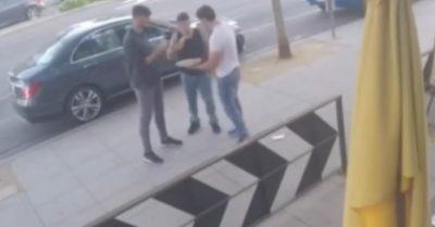 Deliciosa pizza evita que dos hombres discutan en la calle (Video)