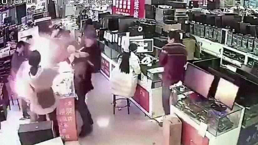 Muerde iPhone y le explota en la cara (VIDEO)