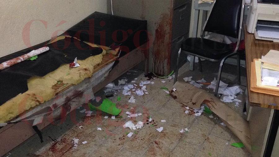 Alumnos golpean brutalmente con un tubo a su profesor de secundaria (FOTOS)