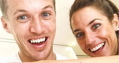 Hombre supera la muerte de su esposa ¡consiguiéndose a su 'gemela'! (FOTOS)