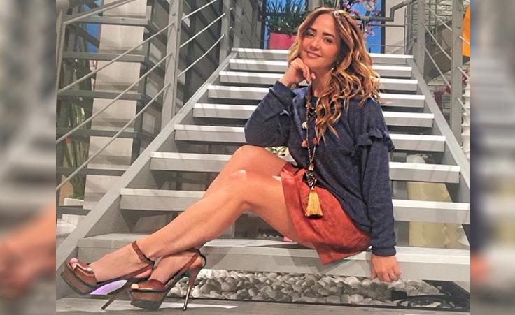 Sexy minifalda traiciona a Andrea Legarreta y ¡termina enseñando de más!  (VIDEO) 54632673458c