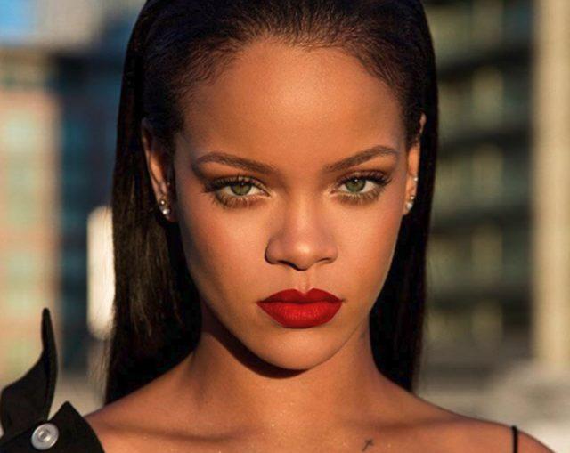 Confunde a clienta con Rihanna ¡y le pide una foto!