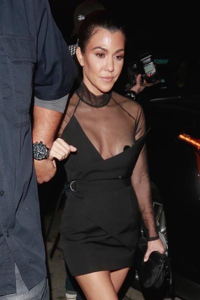 Kourtney Kardashian Tiene Sexy Accidente Con Vestido Y Enseña De Más