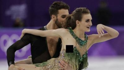Sexy patinadora sufre bochornoso accidente y deja un pecho al descubierto (VIDEO)
