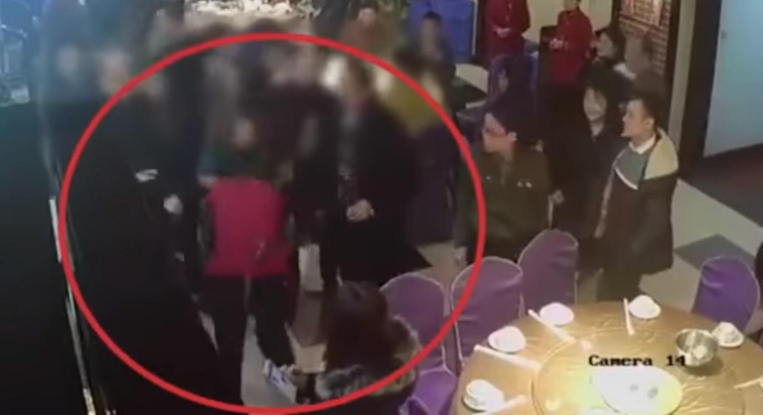 https://www.lanetanoticias.com/wp-content/uploads/2018/03/Cachetean-a-mesera-china-por-ser-muy-lenta-VIDEO.jpg