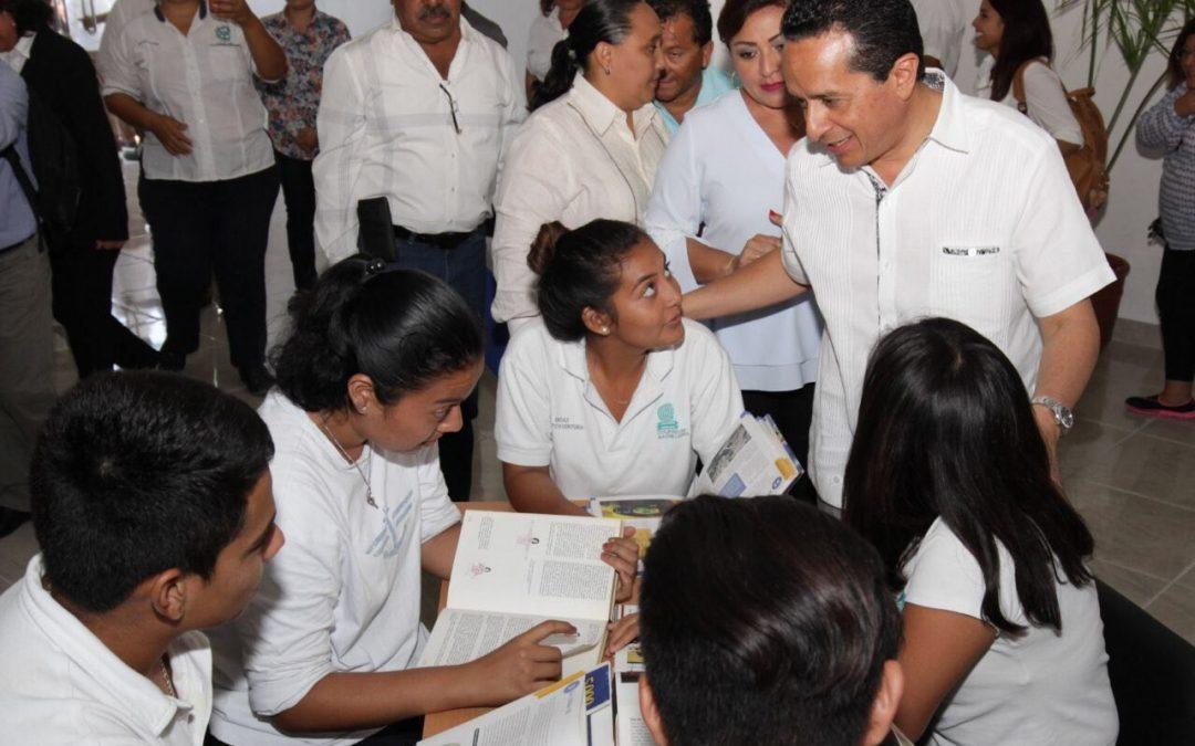 Carlos Joaquín entrega obras en Quintana Roo a beneficio de la educación