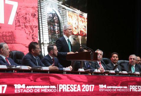 Alfredo del Mazo entrega preseas a mexicanos destacados