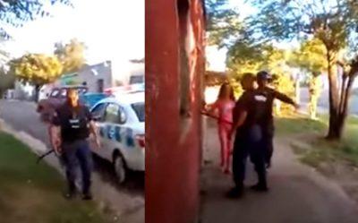 Niña roba arma a policía durante forcejeo con ladrón (VIDEO)