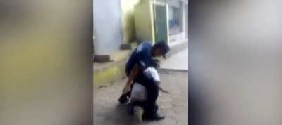 Filtran video de policía humillando a anciano indigente (VIDEO)