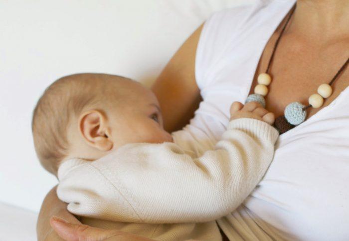 Si ya de por sí, para algunas mujeres llevar una lactancia exitosa es un reto, pero se puede facilitar el proceso, o incluso hacerlo más cómodo. Aquí te recomendamos algunos objetos que han funcionado para muchas mujeres.