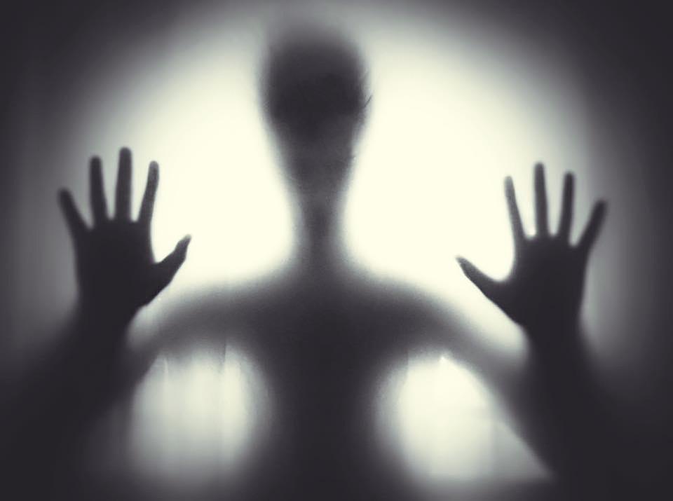 Familia capta presencia de espeluznantes seres sobrenaturales en su hogar (VIDEO)