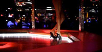 Realiza un 'striptease' en pleno evento religioso (VIDEO)