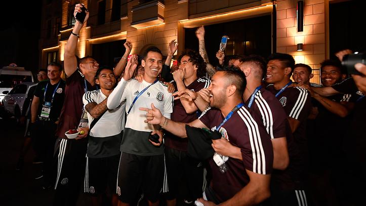 Aficionados dedican serenata a la Selección Mexicana (VIDEO)