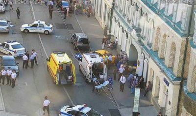 Taxi atropella a aficionadas mexicanas en el centro de Moscú, Rusia (VIDEO)