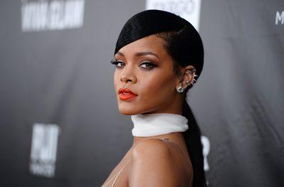 Rihanna presume sus encantos con escote de infarto (FOTO)