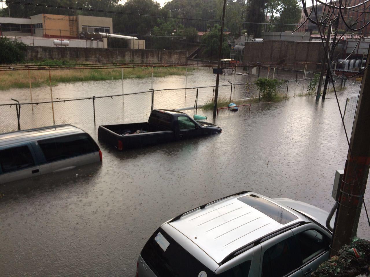 Durante esta semana, fuertes lluvias se suscitaron en la ciudad de Guadalajara, en donde distintas colonias presentaron graves afectaciones; una de las más destrozadas es la colonia Alcalde Barranquitas, en donde los vecinos de la zona se reúsan a dejar sus casas para irse a un hotel y evitar riesgos.