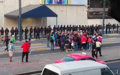 Maestros del CNTE paralizan instalaciones de Televisa